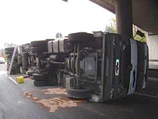 """Umgestürzter """"Pfenning""""-Lkw blockiert 8 Stunden lang die B9 bei Speyer"""