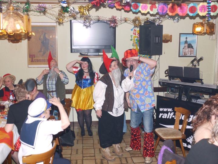 Zwerge gewinnen Kostümwettbewerb in der Dorfschänke