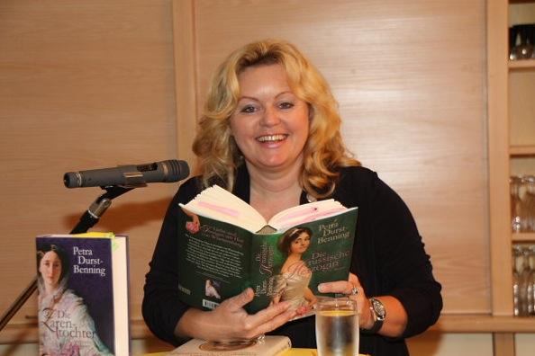 """""""Es ist ein bissle wie ein Kurzurlaub"""" – Lesung mit Petra Durst-Benning"""