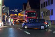 Unfall: Lkw überholt im Kreuzungsbereich